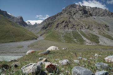 Gipfel mit Schneekappen im Üch Emcheek Tal