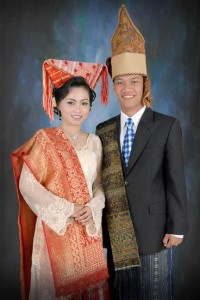 pakaian adat ulos sumatera utara pakaian tradisional ulos sumatra utara sumut 200x300 Pakaian Adat Tradisional Indonesia