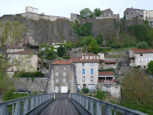 Le pont suspendu et le village de Chilhac