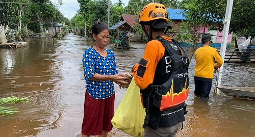 Relawan DMC salurkan makanan