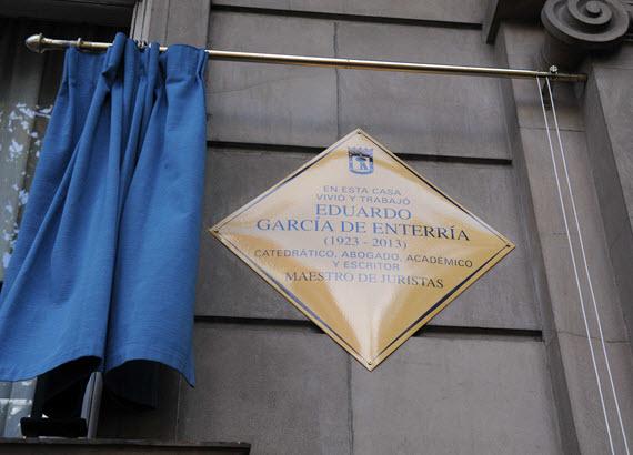 Placa homenaje a Eduardo García de Enterría en la calle Príncipe de Vergara