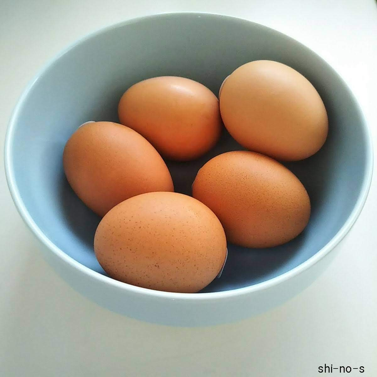 食器に卵を5つ入れている