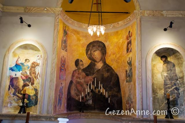 Cunda'daki Sevim ve Necdet Kent Kitaplığı'nın içinde Agios Yannis Kilisesi'nden kalan freskler