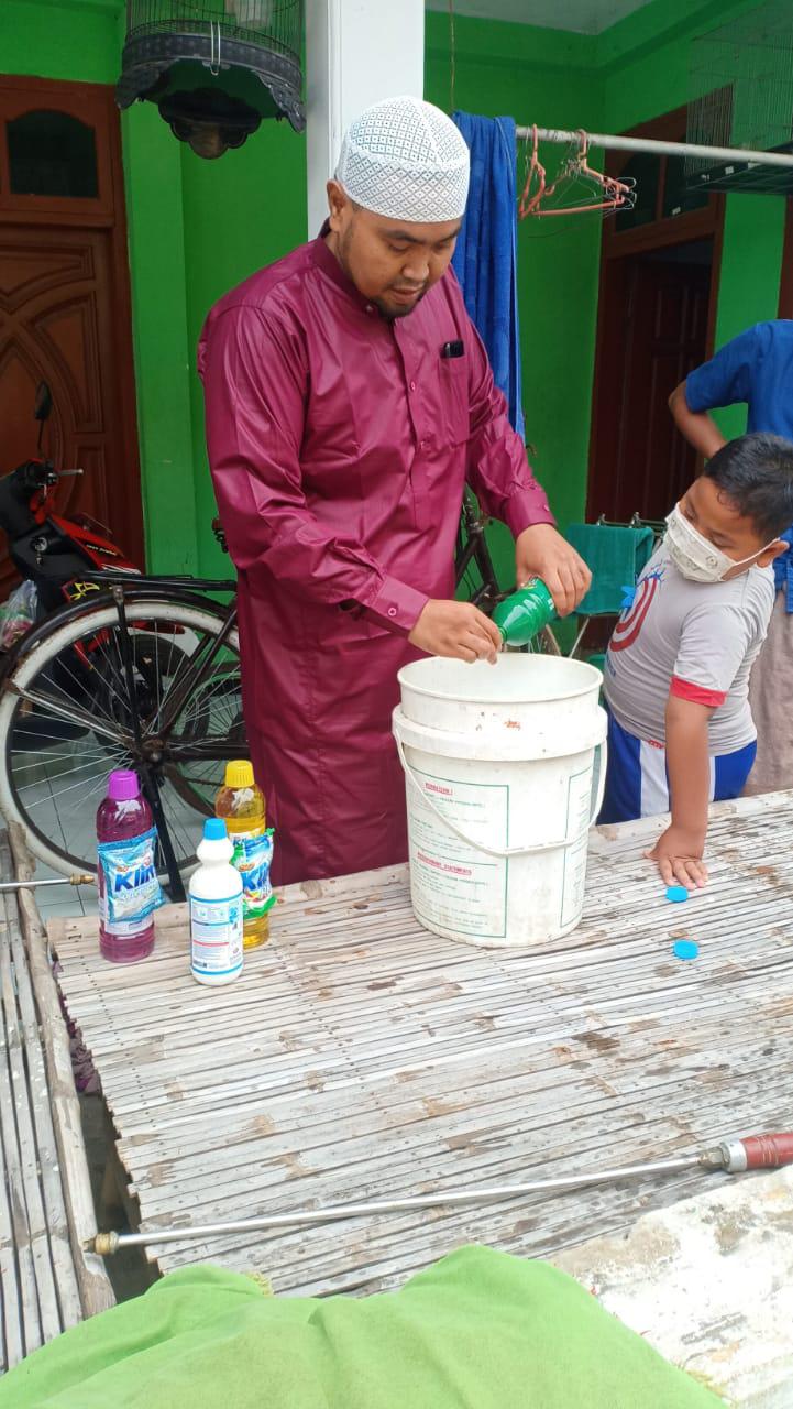 Majelis Khoirun Da'wah Lakukan Penyemprotan Disinfektan ke Rumah warga