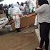 Vítima de Covid-19 cai do caixão antes de ser enterrado no Nordeste e caso gera revolta; Vídeo