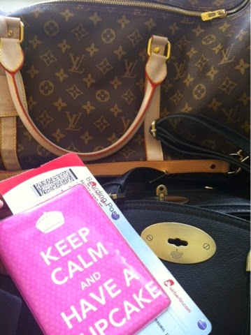 travel, travelling, solo, alonen, soolo, yksin, matkustaa, ulkomaille, loma, keep calm, have a cupcake, pink, mulberry, bag, travel bag