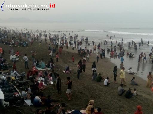 Diluar Jam Pengawasan, Wisatawan Masih Penuhi Sepanjang Pantai Palabuhanratu
