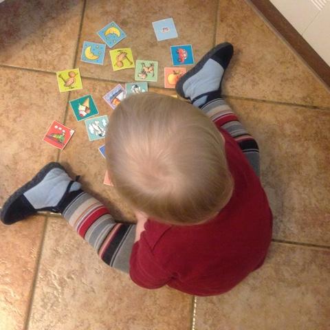 Kind spielt mit Karten