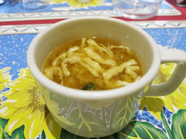 カップに入った味噌汁