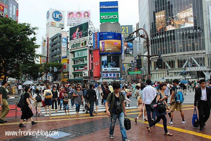 Banyak Orang Lalu Lalang dan Tempat Belanja di Shibuya - Tokyo