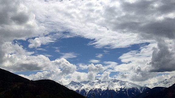 Schneegipfel unter Wolkenpanorama am Reschenpass, Vinschgau, Südtirol, Italien