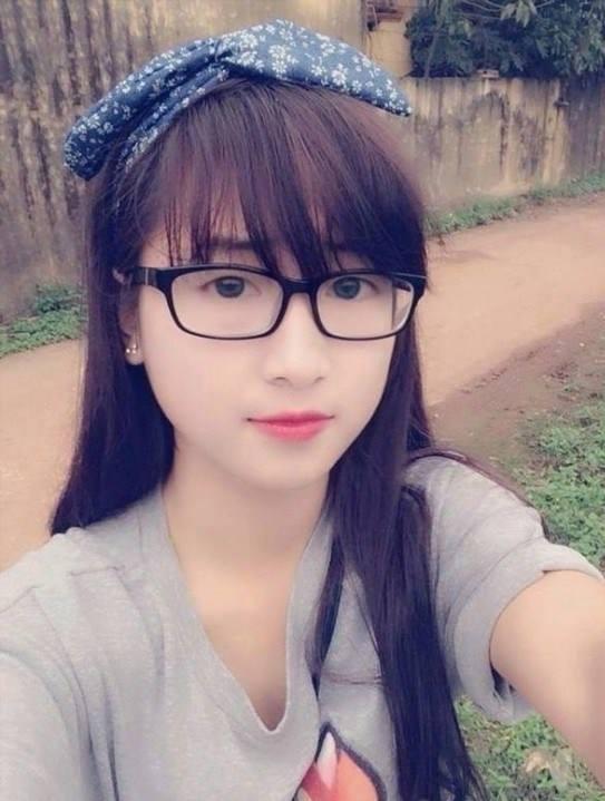 Con gái đeo kính xinh đẹp