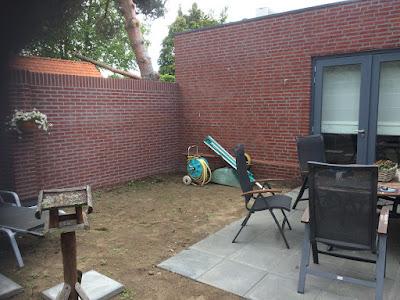 Knusse binnentuin met vlonder