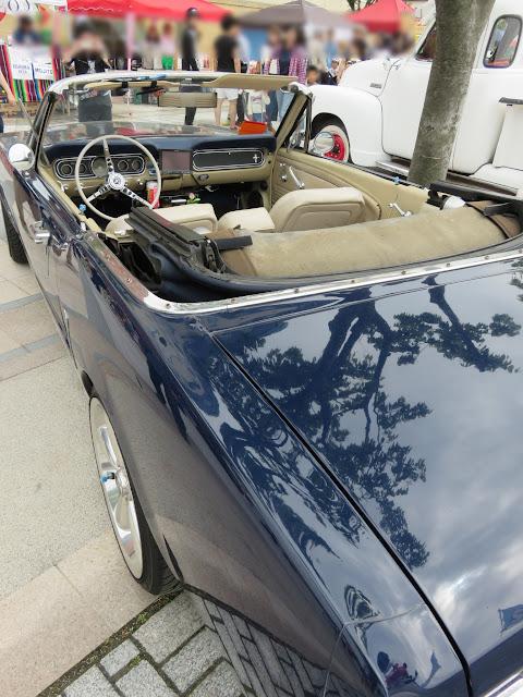 フォードマスタングコンバーチブル-後ろ斜めから