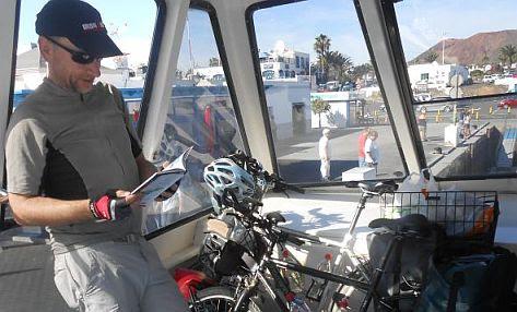 Chris und Rad auf der Fähre von Lanzarote nach Fuerteventura im Hafen von Playa Blanca