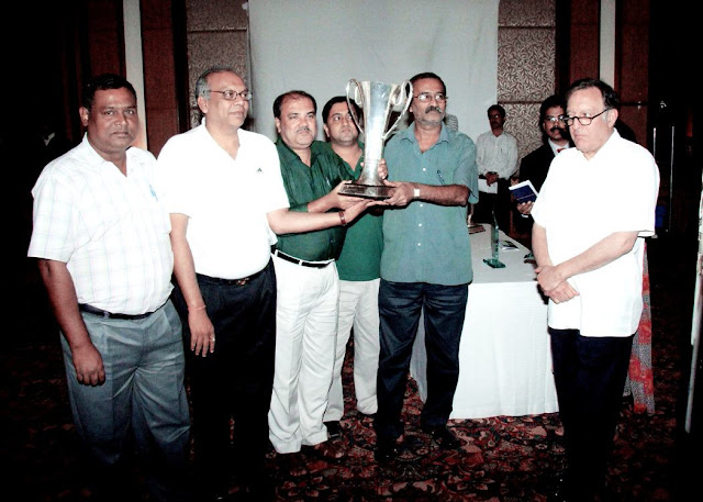 The 2007 Winners of Naresh Tandan Trophy for T-4 Event: Rana Roy, Bivas Todi, Subrata Saha, Subir Majumdar and Manas Mukherjee with the chief Guest Nawab of Pataudi