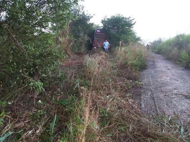 Ônibus da Quaresma tur que vinha de Itaituba Santarém perde controle e entra no mato já em Santarém