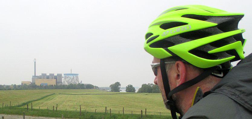 Chris on the Bike vor dem als AKW gebauten Wunderland Kalkar