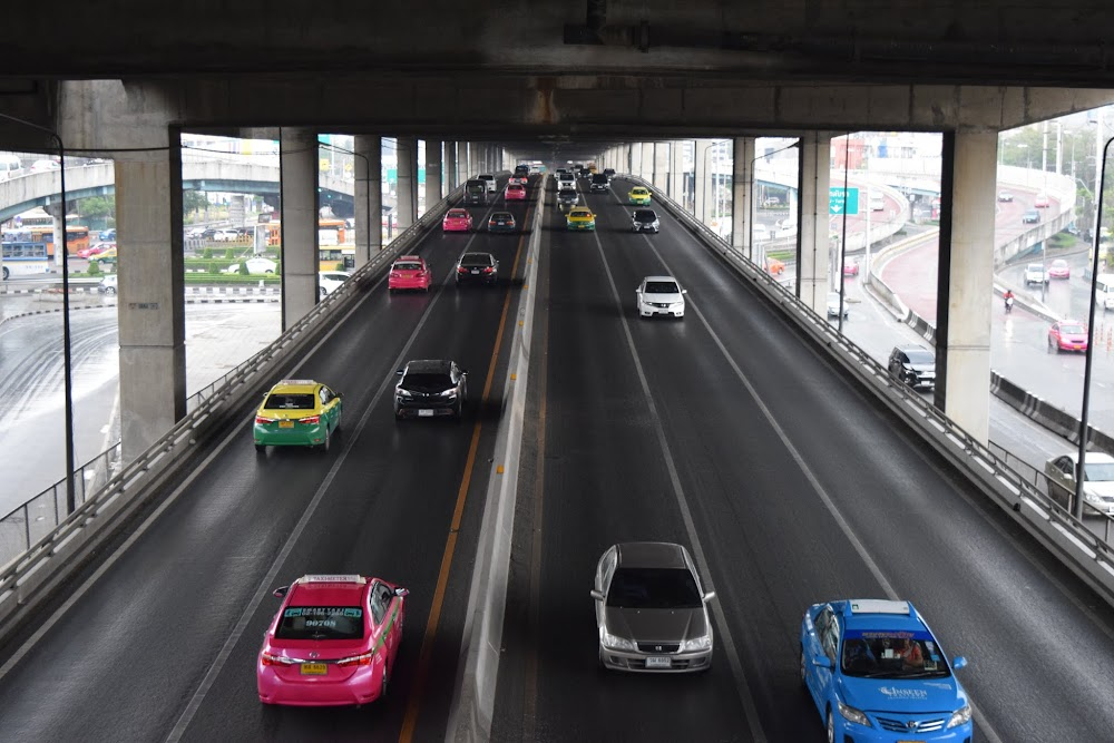 My beloved Phahon Yothin Road, better known as the Don Muang Expressway... this is the road that I used to take in the good ol' days, to get to and from Rangsit University, where I lived, into the city.  Goooood times!