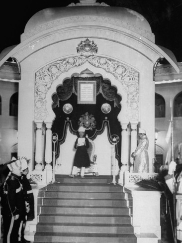 Hyderabad - Rare Pictures - the-nizam-mir-osman-ali-khan-babadur-replying-to-the-public-address-presented-to-him.jpg