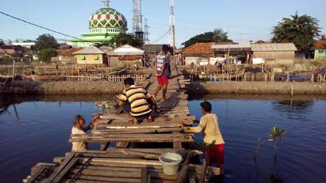 warga tarumajaya bekasi perbaiki jembatan