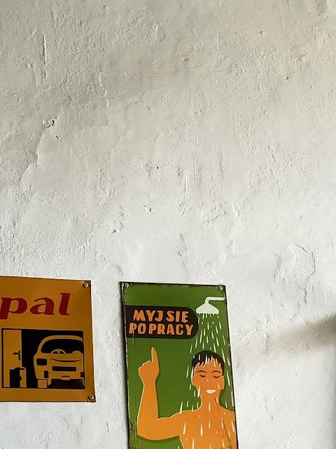 plakat z napisem myj się po pracy