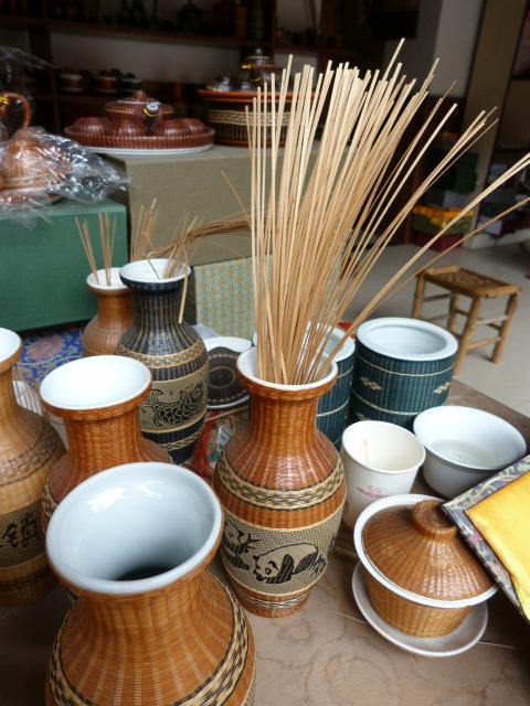 le tressage de bambous  sur des vases, etc..est, selon Zhen Zhen,la guide née ici ,originaire de PING LE