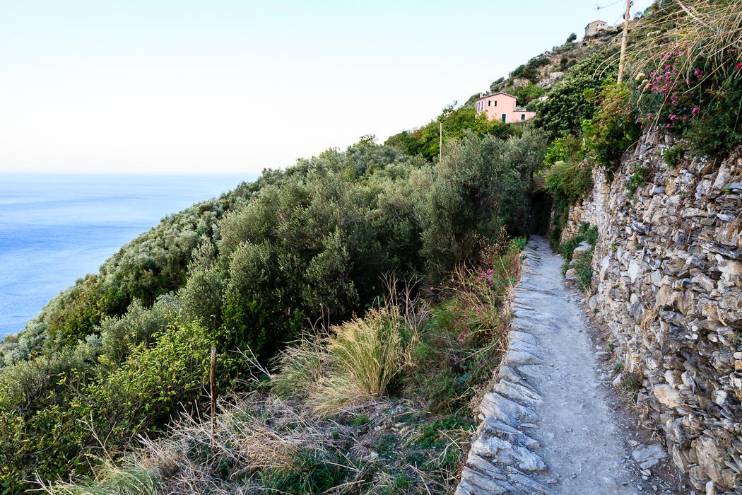 Пешеходные тропы и дороги, прорубленные прямо в скалах