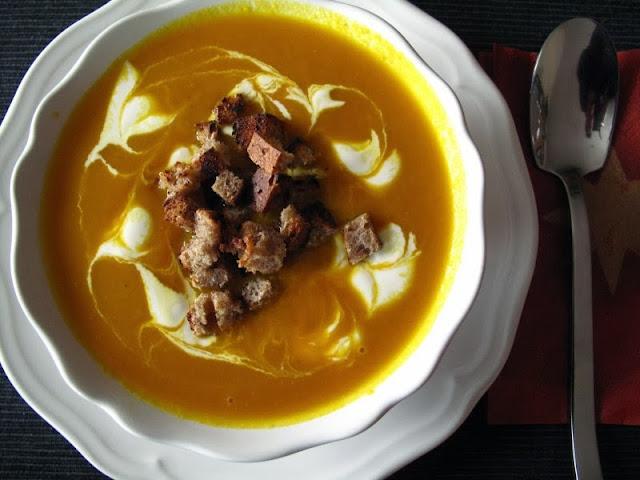 Zupa krem z marchewki i dyni, ze śmietaną i grzankami z razowego chleba