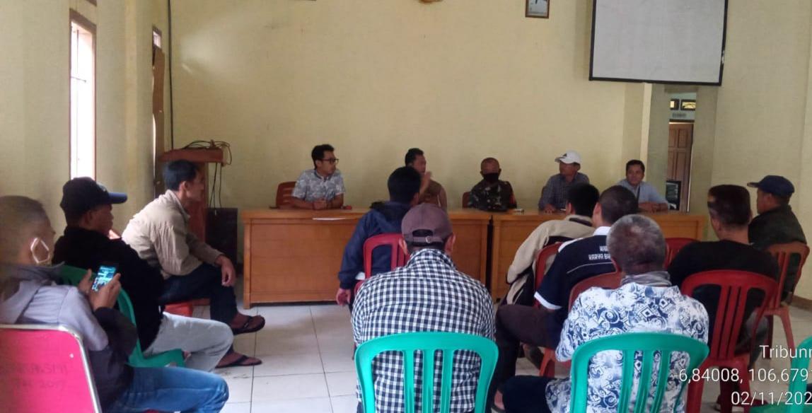 Pemdes Kadununggal Menggelar Rapat Pembentukan Panitia Pembangunan Lapangan Sepak Bola