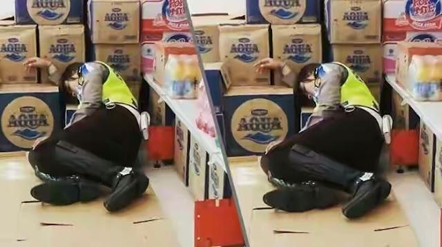Polwan Cantik Devi Tidur di Minimarket