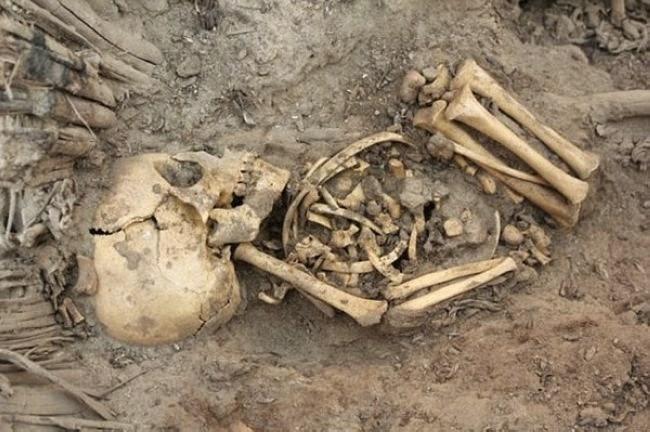 Uma foto tirada em Ashkelon, onde foram encontrados cerca de 100 ossadas de bebês recém nascidos em um esgoto bizantino.