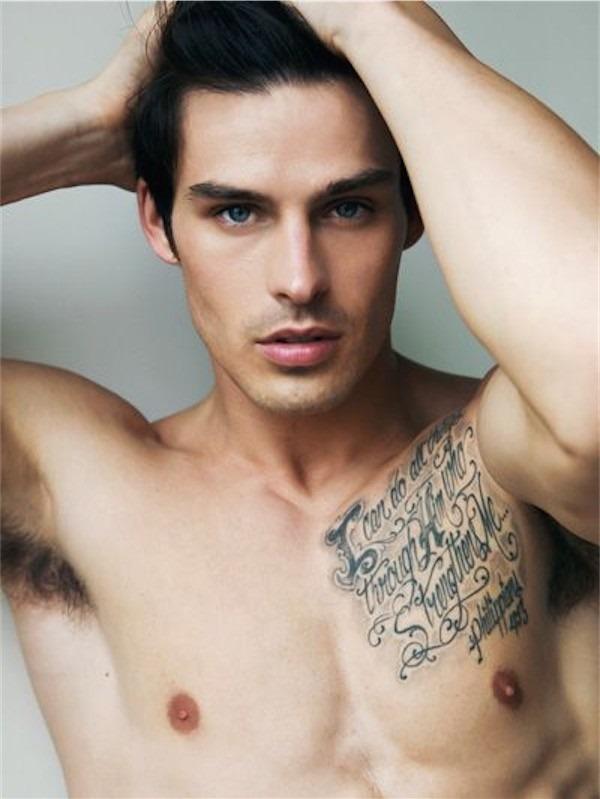 citaço_da_bblia_tatuagem_no_peito_para_homens
