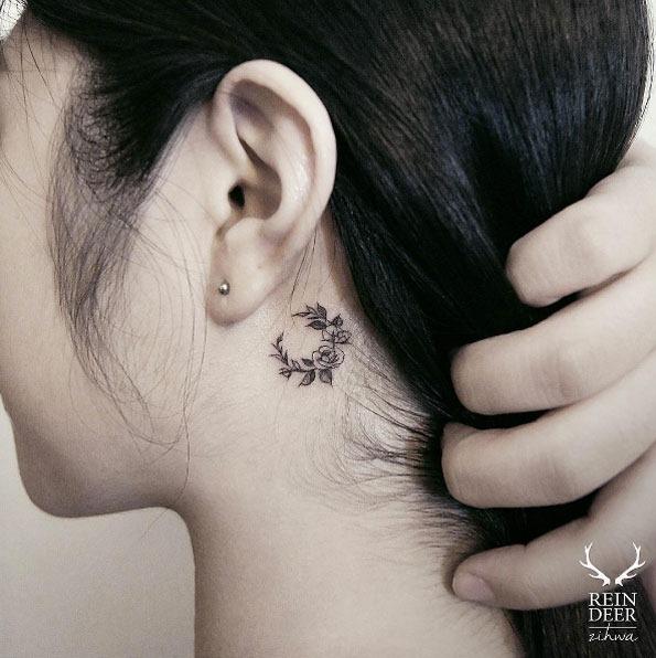 esta_pequena_atrs_da_orelha_coroa_de_flores