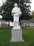 Paul bij het standbeeld van Comte de TREVILLE die geboren is in Oloron.