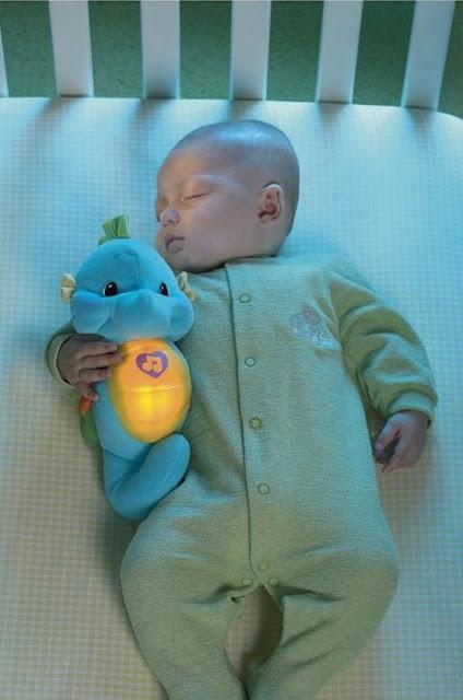 Cá ngựa ru ngủ màu xanh Fisher-Price giúp bé phát triển khả năng thị giác
