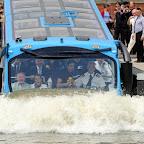 de amfibie bus van Lovers gaat tewater