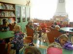 Dzieci z najmłodszej grupy  Przedszkola w Trzebieży z wizytą w bibliotece.