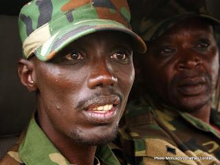 En avant-plan, Sulutani Makenga, le chef de la branche armée de la rébellion du M23 à Goma le 20 novembre 2012