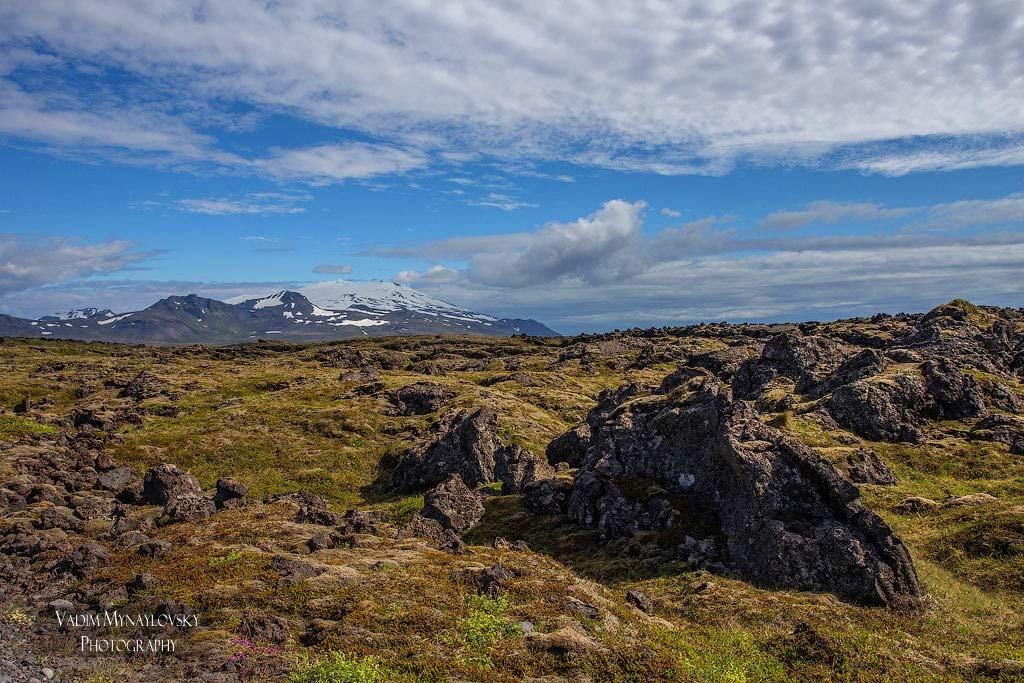 Лавовые поля, кратеры и вулканические трещины. Вид на ледник Снайфельсйокутль (Snæfellsjökull), Исландия
