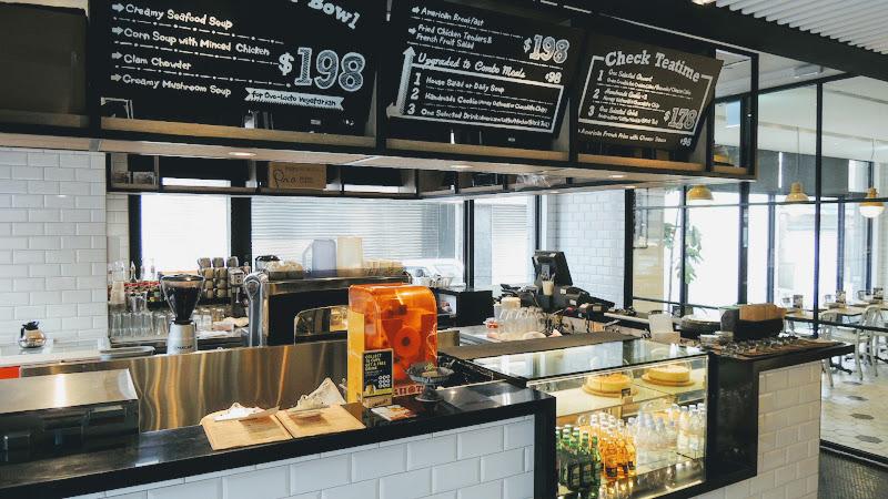 一走進 Check Café 雀客咖啡左手邊的吧台.JPG