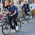 أرنولد شوارزنيجر يحضر قمة عالمية في النمسا بدراجة هوائية