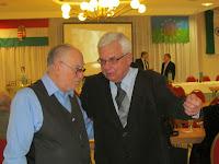 Rostás Farkas György üdvözli Duray Miklóst.JPG