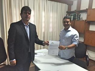 Diego Macedo entrega convite de posse ao presidente da FEMURN, Silveira Junior