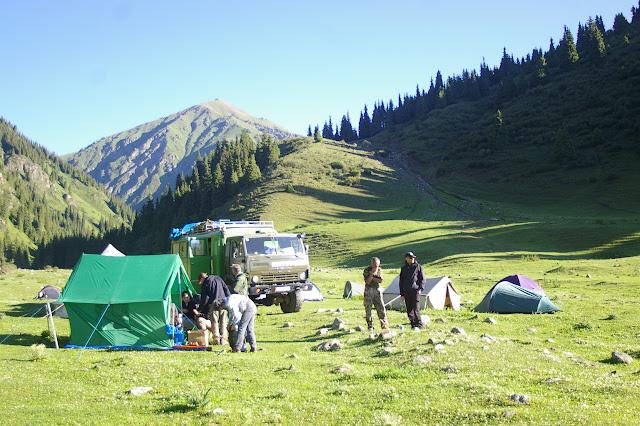Campement, Kyzyl Aksuu, Kungej Alatau, Kyrgyzistan (4 juillet 2006). Photo : J.-M. Gayman