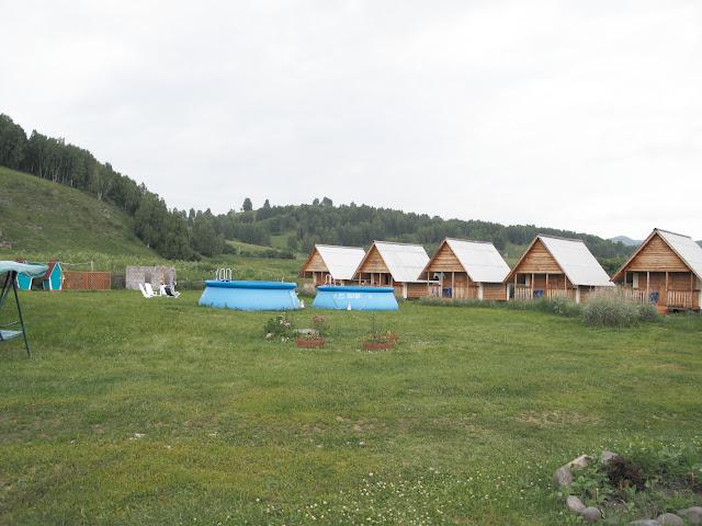 """L'hôtel """"Dolina Agades"""" à Nizhnekayancha (alt. 350 m), au sud-ouest de Gorno-Altaysk), à 150 km au sud de Barnaul. 2 juillet 2010. Photo : J. Marquet"""
