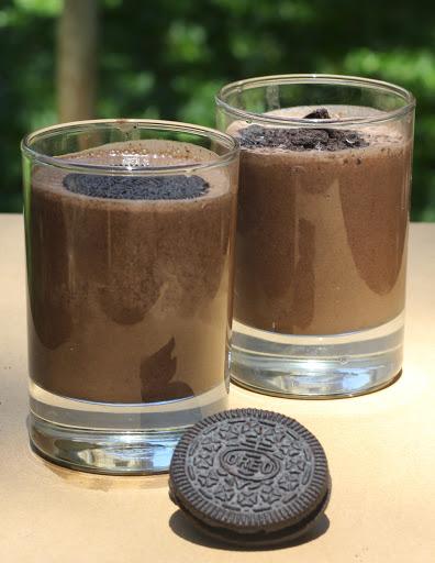 Oreo Milkshake Recipe | Chocolate Vanilla Oreo Smoothie | Delicious oreo milkshake written recipe | Foodomania.com