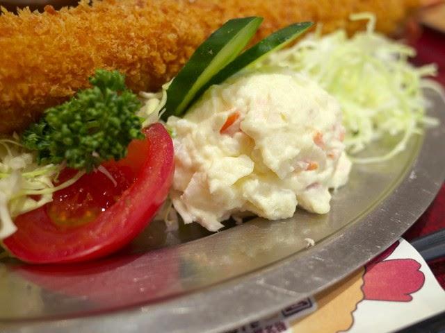 キャベツの千切りとポテトサラダ、トマト
