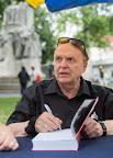 Kun Miklós történész dedikál a 87. Ünnepi Könyvhéten, Budapesten, 2016 (MTI Fotó: Mohai Balázs)
