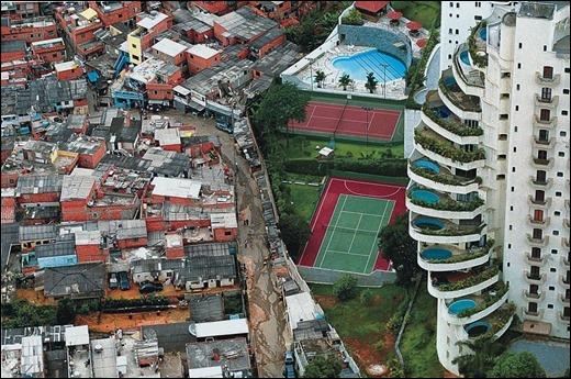 desigualdade favela de Paraisópolis ao lado de um prédio de apartamentos de luxo no Morumbi, em São Paulo